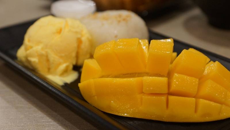 Aoys Thai 10 mango and sticky rice