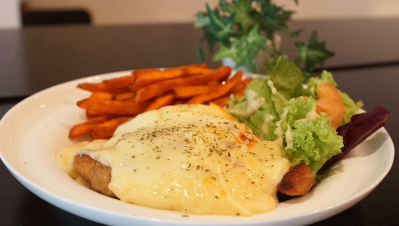 Black White Tale Hawaiian Chicken and raclette cheese